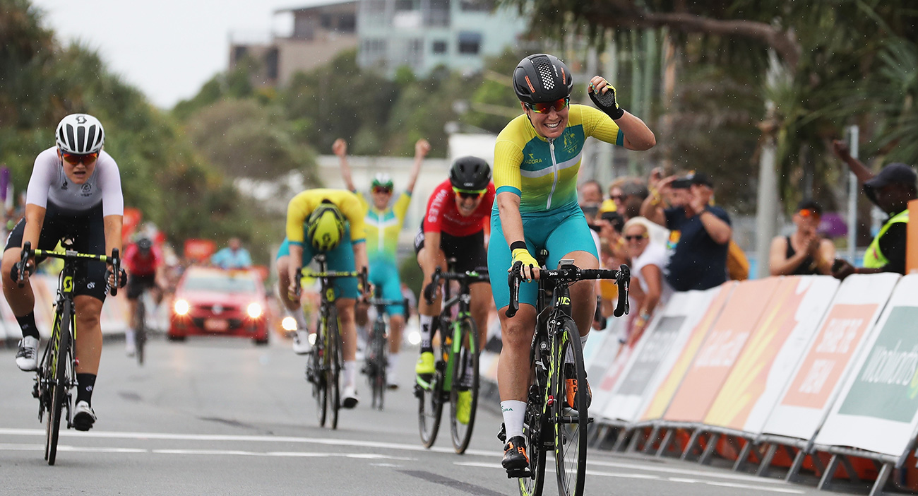Chloe Hosking leads the pack in the women's road race.